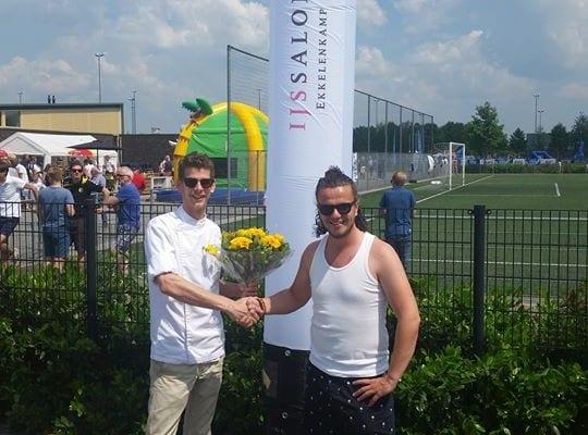 Enorme Ekkelenkamp skytube voor voetbalclub OZC